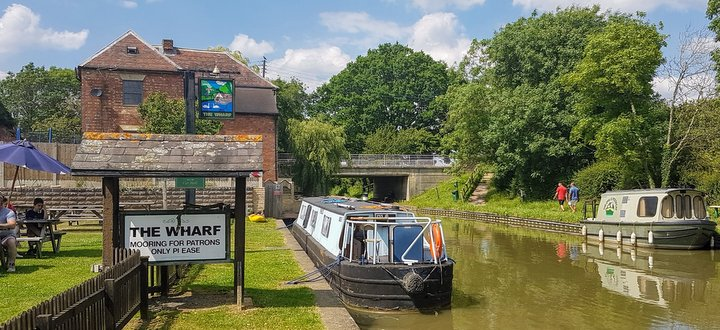things to do on a canal boat holiday include mooring at a pub